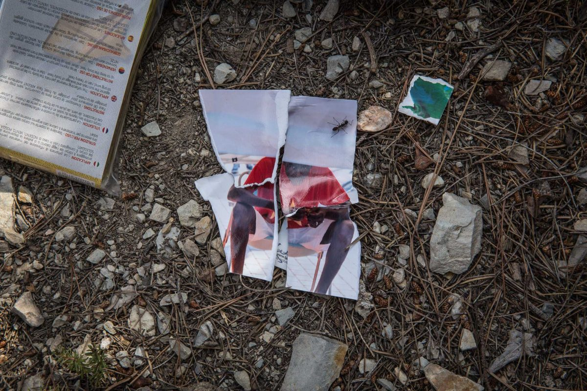 "Photo torn at the "" trail of death "" , there are several remnants of recent migrants from the trail"